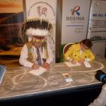 Signing the Agreement to recruit French speaking volunteers / signature de l'Entente pour recruter des bénévoles francophones